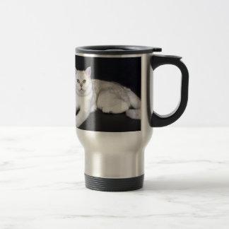 Caneca Térmica Gato branco que encontra-se no fundo preto isolado