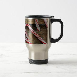 Caneca Térmica Madeira rústica com os bastões de doces do Natal