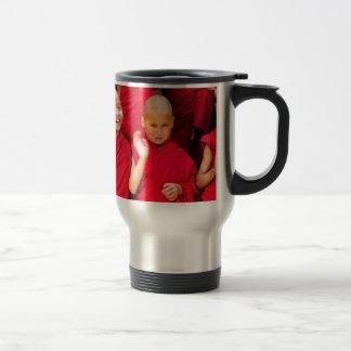 Caneca Térmica Monges pequenas em vestes vermelhas