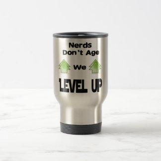 Caneca Térmica Os nerd não nos envelhecem nivelam acima