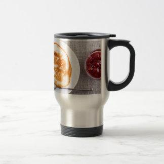 Caneca Térmica Panquecas e um copo de vidro com doce de morango