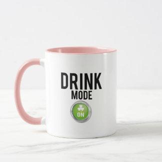 Caneca Trevos do dia de St Patrick do modo da bebida