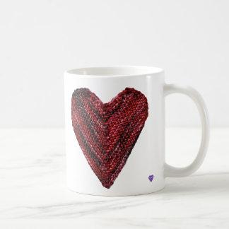 Caneca vermelha do coração da malha