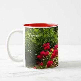 Caneca vermelha do jardim dos gerânio