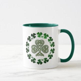 Canecas de café do trevo do dia de St Patrick &