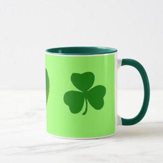 Canecas do dia de St Patrick