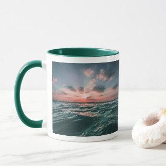 Canecas do por do sol do oceano