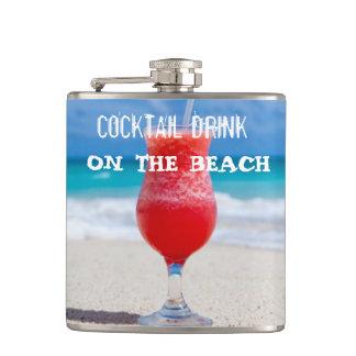 Cantil Bebida do cocktail na praia