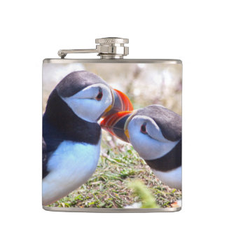 Cantil Beijando a garrafa do quadril dos papagaio-do-mar