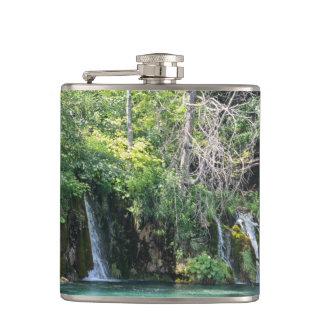 Cantil Cachoeiras no parque nacional de Plitvice em