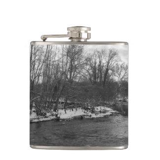 Cantil Grayscale de James River da beleza da neve