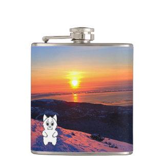Cantil O animal da neve do por do sol revê a garrafa