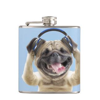 Cantil Pug com fones de ouvido, pug, animal de estimação