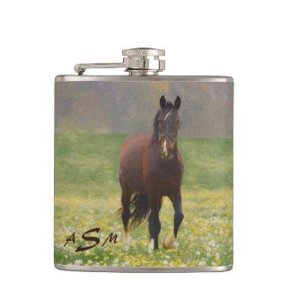 Cantil Um cavalo de Brown em um campo com dentes-de-leão
