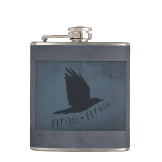 Cantil Um corvo em vôo no fundo azul & cinzento sujo