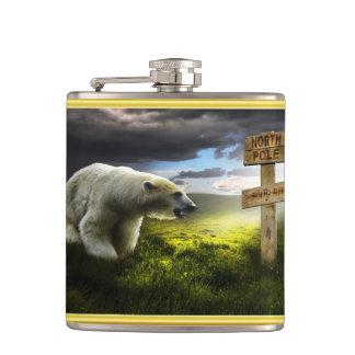 Cantil Urso polar que olha o sinal de madeira do Pólo