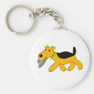 Cão bonito de Airedale Terrier com chaveiro do