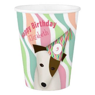 cão bonito que veste o aniversário de uma menina copo de papel