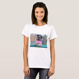Cão com garrafa do campo camiseta
