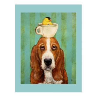 Cão de Basset com o goldfinch no cartão do teacup