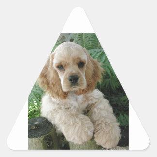 Cão de cocker spaniel do americano e a samambaia adesivo triangular