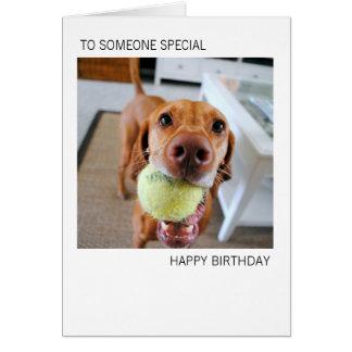 Cão de Vizsla com a bola no cartão de aniversário