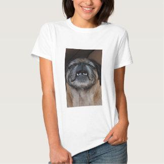 Cão do Pug com a camisa aberta boca T-shirts