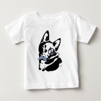 Cão do Schipperke com bigode T-shirts