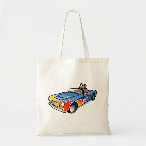 Cão dos desenhos animados que conduz um carro bolsa para compra