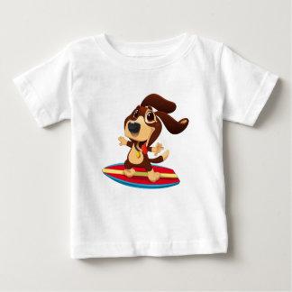 Cão engraçado bonito em uma ilustração da prancha camiseta para bebê