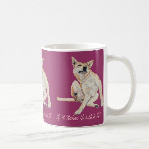Cão engraçado bonito que risca a arte com slogan c canecas