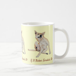 Cão engraçado bonito que risca a arte com slogan c caneca