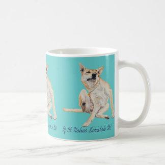 Cão engraçado bonito que risca a arte com slogan caneca
