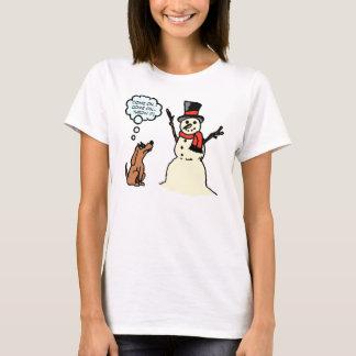 Cão engraçado com a camisa do Natal do boneco de