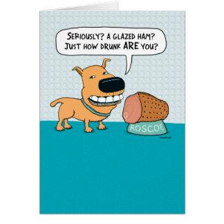 Cão engraçado com o cartão de aniversário