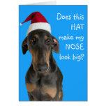 Cão engraçado com o cartão de Natal do chapéu do p
