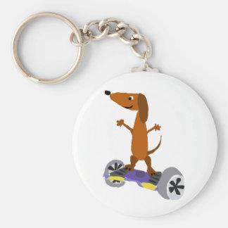 Cão engraçado do Dachshund em Hoverboard Chaveiro