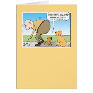 Cão engraçado no cartão de aniversário da máscara