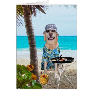 Cão/laboratório engraçados na camisa havaiana na cartão comemorativo