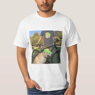 cão na camisa na camisa