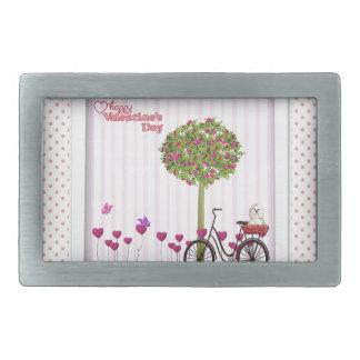 Cão pequeno, cesta, bicicleta, árvore da flor e