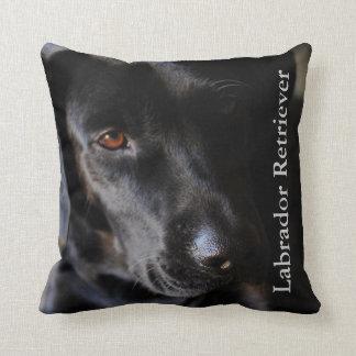 Cão preto do laboratório travesseiros