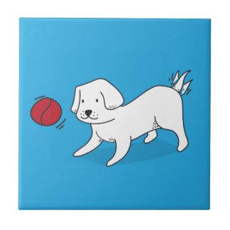Cão que joga com uma bola