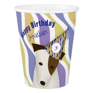 cão que veste o aniversário do menino engraçado do copo de papel