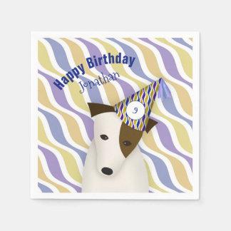 cão que veste o aniversário do menino engraçado do guardanapo de papel