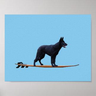 Cão surfando - poster preto do german shepherd
