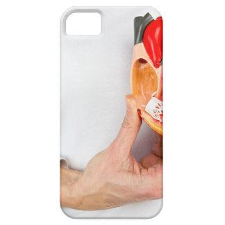 Capa Barely There Para iPhone 5 A mão guardara o modelo humano do coração no corpo