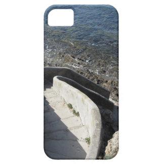 Capa Barely There Para iPhone 5 Escadaria concreta para baixo ao mar. Escadas