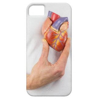 Capa Barely There Para iPhone 5 Mão que guardara o coração modelo na caixa