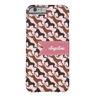 Capa Barely There Para iPhone 6 Cavalos de Brown no rosa modelado